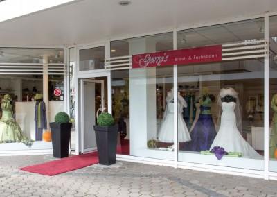 Gerrys-Festmoden-Schaufenster-Braut