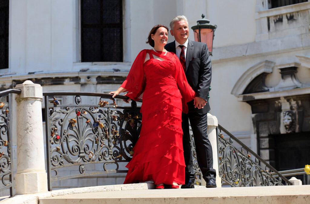 Es muss nicht immer weiß sein – ein Hochzeitskleid in der Farbe der Liebe!
