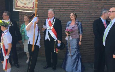 Die Reuschenberger Schützenkönigin in einem Kleid von Gerrys Festmoden