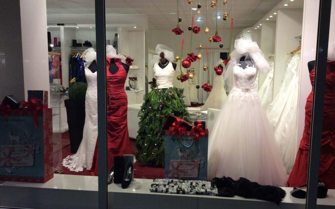 Abendkleider und Brautkleider – Es weihnachtet auch in unserem Schaufenster!