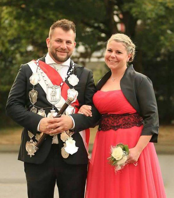 Schützenfest Büttgen-Vorst – Die Schützenkönigin in Kleidern aus unserem Geschäft