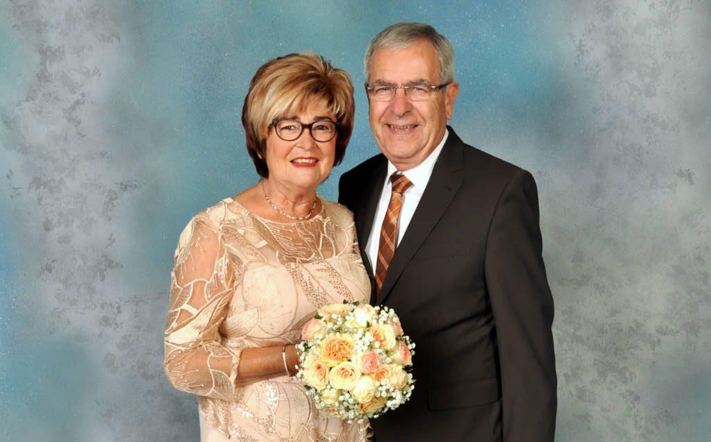 Der Goldene Hochzeitstag In Einem Kleid Von Gerrys