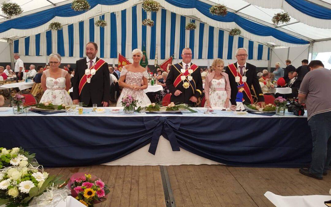 St. Pankratius Schützenbruderschaft Amern St. Anton – Schützenkönigin und Ministerinnen in Kleidern von Gerrys Festmoden