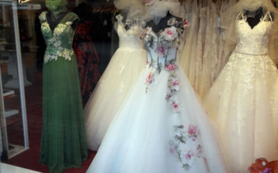 Frühjahr 2019 – Traumhafte Brautkleider und Abendkleider – Wir haben neu dekoriert
